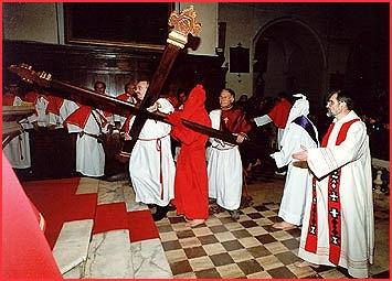 SARTENE - Catenacciu prend la croix dans l'église